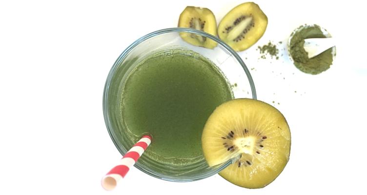 Grüner Smoothie mit Weizengras und Kiwi